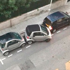 Smart Car Fits Into Impossibly Small Gap style=