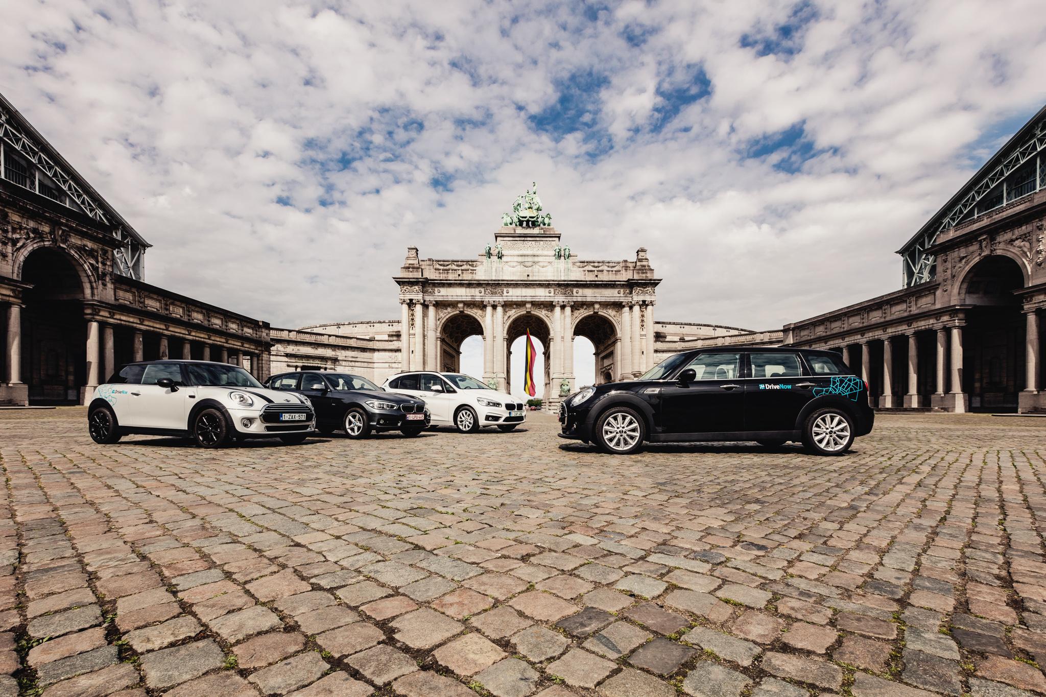 DriveNow, das Carsharing-Joint Venture der BMW Group und der Sixt SE, bietet in europäischen Metropolen hochwertige Premiumfahrzeuge der Marken BMW und MINI zur Miete nach dem Free-Floating Prinzip an. Die Fahrzeuge können innerhalb eines definierten Geschäftsgebietes stationsunabhängig angemietet und wieder abgestellt werden. Weit über eine halbe Million registrierte Kunden finden und reservieren die Fahrzeuge über die DriveNow App oder Website und können den Service städteübergreifend nutzen. DriveNow betreibt an den Standorten München, Berlin, Düsseldorf, Köln, Hamburg, Wien, London, Kopenhagen, Stockholm und Brüssel eine Flotte von insgesamt über 4.000 Fahrzeugen. Rund 20 Prozent davon sind elektrische BMW i3. Mehrere wissenschaftliche Studien belegen die Substitution von mindestens drei privaten PKW durch ein DriveNow Fahrzeug. DriveNow trägt so zur Entlastung der Verkehrssituation in Städten bei.